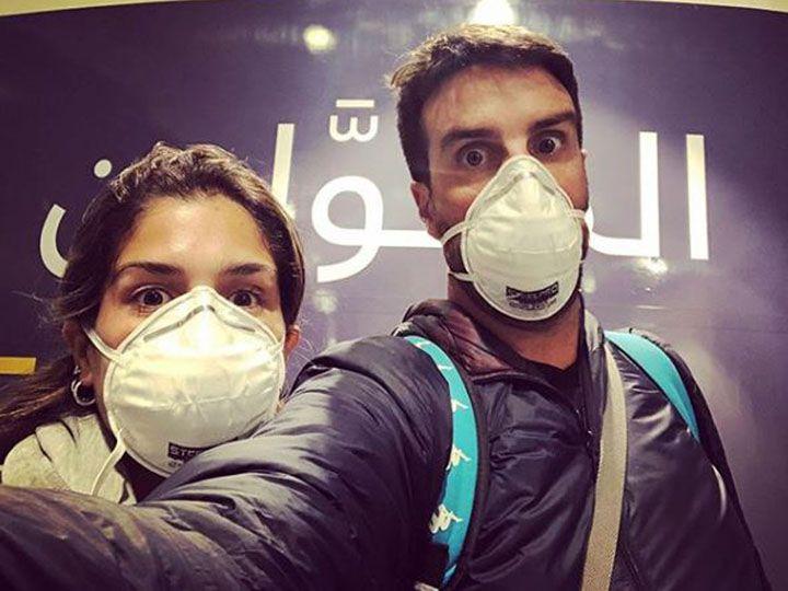 A pesar de que confiesa no estar preocupado por el avance del coronavirus, él y su pareja tomaron algunos recaudos en el aeropuerto de Omán