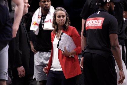 La asistente de entrenador de San Antonio Spurs, Becky Hammon se convirtió en la primera entrenadora de la NBA
