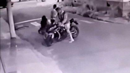 Cuando los delincuentes se acercaron,trataron de sacarle la moto