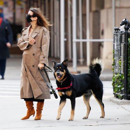 En la cuenta regresiva: a días de convertirse en mamá, Emily Ratajkowski sacó a pasear a su perro. Lucía un piloto largo que no dejaba ver su panza