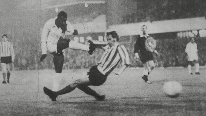 El Santos de Pelé vino a jugar a la Argentina y perdió un amistoso contra Colón en Santa Fe (Shutterstock)