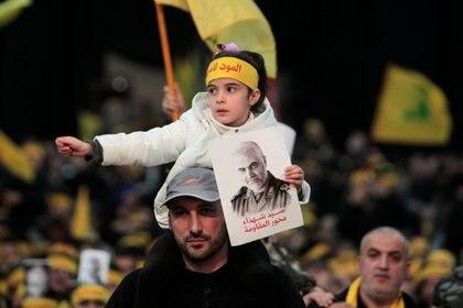 Una niña sostiene una foto de Qassem Soleimani, jefe de la fuerza de élite Quds, surante una manifestación de Hezbollah