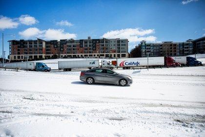 Un auto anda sobre la nieve en Austin (Montinique Monroe / GETTY IMAGES NORTH AMERICA / AFP)