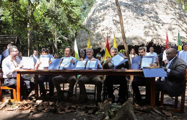 Ernesto Araújo, Evo Morales, Martín Vizcarra, Iván Duque, Lenín Moreno, Michael Adhin y Raphael Trotman en la firma del acuerdo (REUTERS/Luisa Gonzalez)
