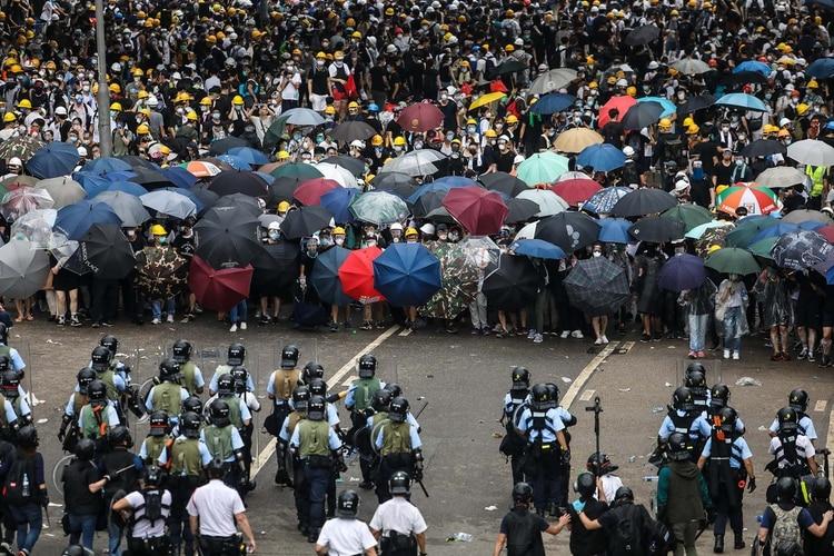 Los manifestantes reportan brutal represión de la policía hongkonesa. Los violencia policial ha incrementado desde que las protestas comenzaron hace cinco meses. (Photo by DALE DE LA REY / AFP)