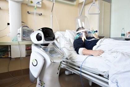 Un hombre atención médica con la ayuda de un robot en el hospital Circolo, en Varese, Italia (REUTERS/Flavio Lo Scalzo)