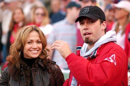 Fotografía fechada el 11 de octubre de 2003 donde aparecen Jennifer Lopez (i) y Ben Affleck (d) en el Fenway Park en Boston (EE.UU.). EFE/CJ Gunther/Archivo