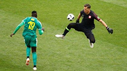 Niang ya le ganó la posición a la defensa polaca y se va camino al gol (Reuters)