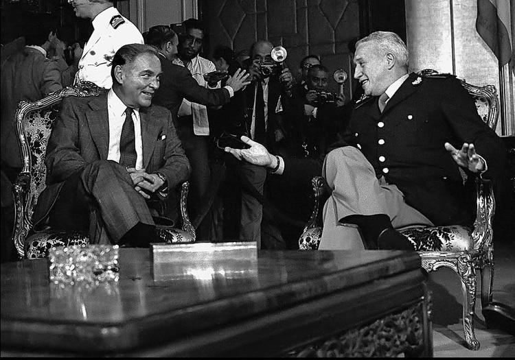 Galtieri con Alexander Haig que intentó la misión imposible de mediar entre la Argentina y el Reino Unido: de un lado, la Junta militar; del otro , Margaret Thatcher