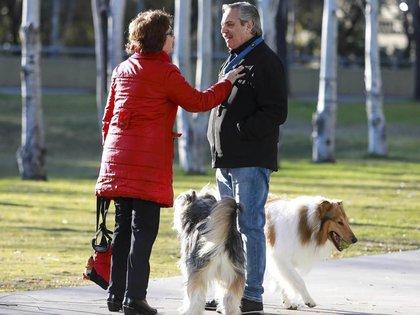 Alberto Fernández y una vecina, junto a sus perros Dylan y Cholo