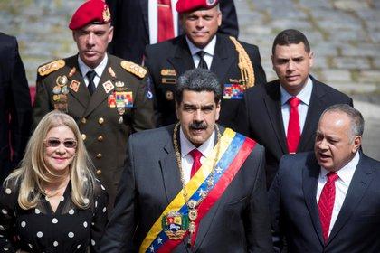 En la imagen, el presidente de Venezuela, Nicolás Maduro (c), junto al jefe de la Asamblea Nacional Constituyente (ANC), Diosdado Cabello (d), y la primera dama, Cilia Flores (i). EFE/Rayner Peña/Archivo