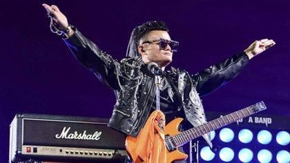 Jack Ma interpretó varias canciones con una guitarra eléctrica naranja y vestido como estrella de rock.