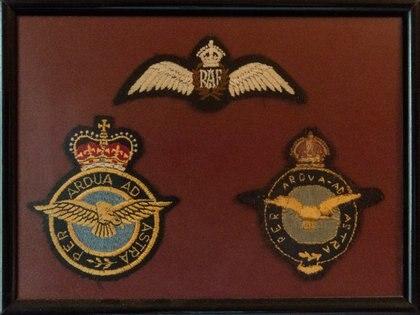 Las insignias que usó Stanley: de la R.A.F. y de los dos grupos de bombarderos donde actuó en la Segunda Guerra Mundial