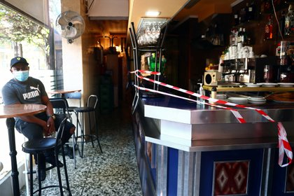 Un hombre en un bar en Madrid (REUTERS/Sergio Pérez)