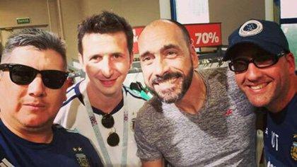 Fabián Lovato (gafas negras), ex directivo de San Telmo, y Diego Turnes (remera gris), ex vice de River y mano derecha de Tapia en Barracas , de excursión