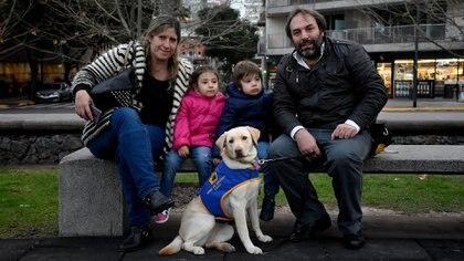 Rocío y Maxi con sus hijos, Juan y Magdalena en la plaza con Harley (Nicolás Stulberg)