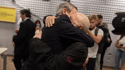 El abrazo fraternal entre Nelson Castro y Cacho Fontana (Adrián Escandar)