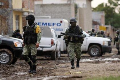Elementos de la Guardia Nacional cerca de la escena en donde 24 personas fueron asesinadas en Irapuato. (Photo by MARIO ARMAS / AFP)