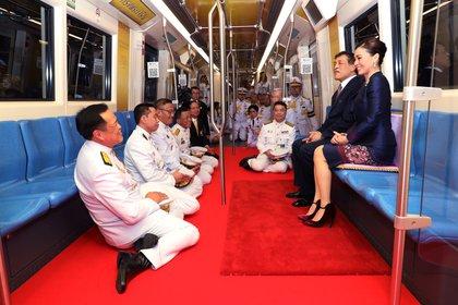 Le roi Maha Vajiralongkorn et la reine Suthida de Thaïlande montent dans un train lors de l'ouverture d'une nouvelle station de métro à Bangkok, en Thaïlande, le 14 novembre 2020 (Royal Household Office via REUTERS)