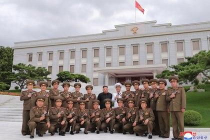 """Kim Jong-un posa para una fotografía después de conferir pistolas conmemorativas """"Paektusan"""" a los principales comandantes de las fuerzas armadas en el 67 aniversario del """"Día de la Victoria en la Gran Guerra de Liberación de la Patria"""", que marca la firma de la Corea Armisticio de guerra (KCNA via REUTERS)"""