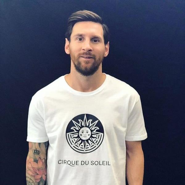 Lionel Messi con la remera del Cirque du Soleil