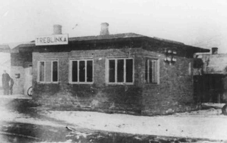 En un edificio había tres cámaras de gas, en otro contiguo los locales destinados al exterminio sumaban diez. Se trataba de espacios sellados, donde los SS metían a decenas de personas y de inmediato las sometían a dosis letales de monóxido de carbono (The Holocaust Encyclopedia)