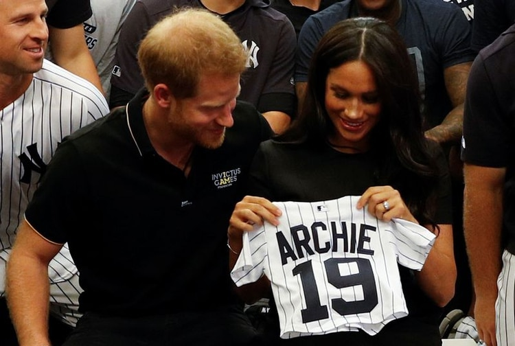 Foto de archivo. El príncipe Enrique de Gran Bretaña y Meghan Markle, duquesa de Sussex, reciben un regalo para su hijo Archie, mientras se encuentran con jugadores de los New York Yankees antes del juego contra los Boston Red Sox, en Londres, Reino Unido. 29 de junio de 2019. REUTERS/Peter Nicholls.