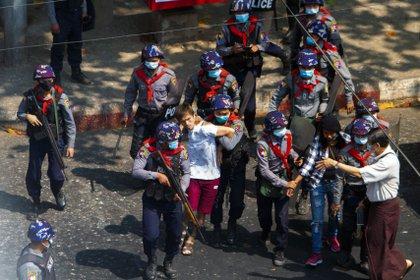 Manifestantes a favor de la democracia son detenidos por agentes de la policía antidisturbios durante una manifestación contra el golpe militar en Yangon, Myanmar, el 27 de febrero de 2021. REUTERS / Stringer