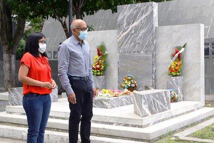 Los hermanos Delcy Rodríguez y Jorge Rodríguez, en el cementerio llevando ofrendas florales a su padre, Jorge Antonio Rodríguez