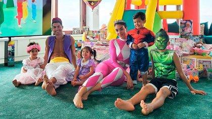 Cristiano Ronaldo y su familia disfrazado en el cumpleaños de sus hijos