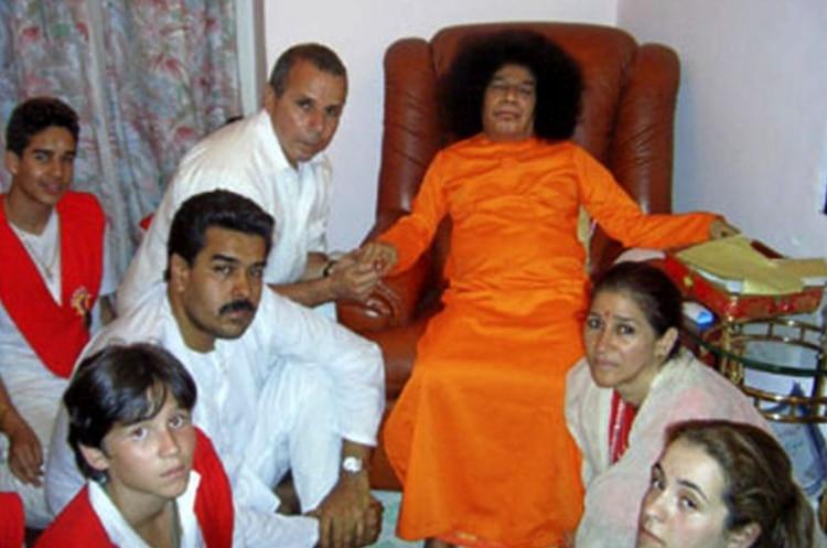 Nicolás Maduroy su esposa Cilia FloresconSai Baba, en diciembre de 2005, en el ashram del gurú.