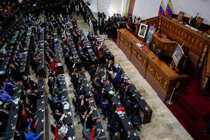 La gente de Caracas, Venezuela, levanta la mano durante la inauguración de la nueva legislatura de la Asamblea Nacional de Venezuela. REUTERS / Fausto Torrealba