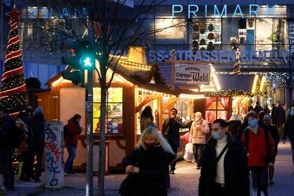 Gente paseando en Berlín con mascarillas durante la época navideña. REUTERS/Fabrizio Bensch