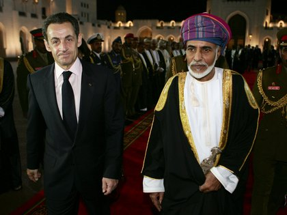 El sultán con el ex presidente francés Nicolás Sarkozy. (Thierry Chesnot/Pool via REUTERS)