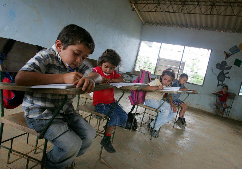 Foto de archivo. Un grupo de niños recibe clases en una escuela cerca al pueblo de Micoahumado, en el departamento de Bolívar, Colombia, 28 de febrero, 2005. REUTERS/Eliana Aponte