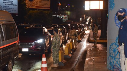 Vehículos que buscan cruzar a Brasil utilizan el habilitado paso fronterizo entre Brasil y Paraguay hoy, en el Puente de la Amistad, en Ciudad del Este (Paraguay) (EFE/  Stringer)