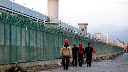 Trabajadores en lo que se sospecha es uno de los campos de concentración de la región china de Dabancheng, en Xinjiang. REUTERS/Thomas Peter/File Photo