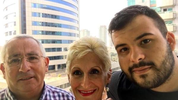 La víctima, Vicente Maillo, junto a su esposa y el hijo de ella, Luis, a quien el hombre había dado el apellido