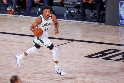 ¿Llegará Campazzo a los Milwaukee Bucks para sumarse al equipo que lidera el dos veces MVP de la NBA Giannis Antetokounmpo? (EFE/EPA/JOHN G. MABANGLO)