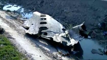 Destrozos del Boeing 737-800 de Ukraine International Airlines, que se estrelló después de despegar del aeropuerto Imam Khomeini en esta imagen tomada de las grabaciones de Iran Press, en Teherán, Irán, el 8 de enero de 2020 (Iran Press/ Handout vía Reuters)