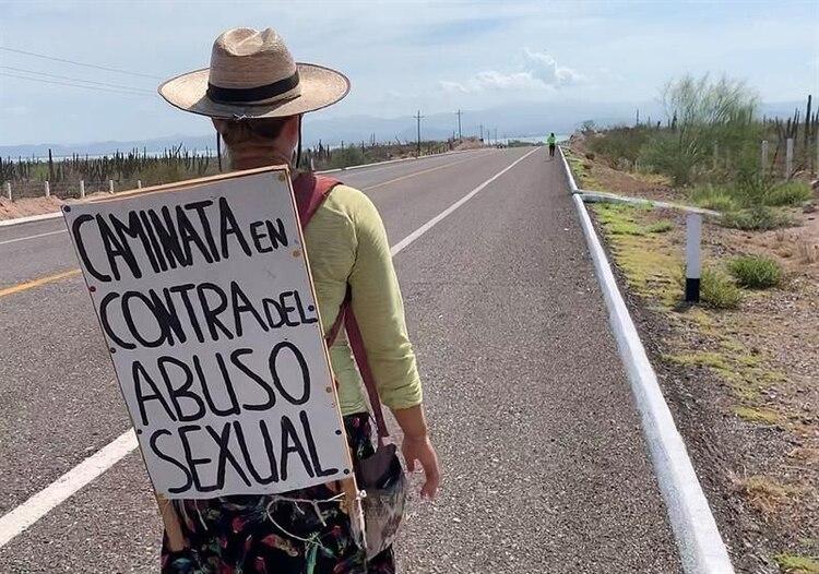 La activista alemana Marisa de Pablo camina este lunes en una carretera cercana a La Paz, Baja California Sur (México). De Pablo finalizó este lunes en la ciudad mexicana de La Paz una caminata de más de 1.200 kilómetros a través de la Península de Baja California para concienciar contra el abuso sexual. )Foto: EFE/Mahatma Fong)