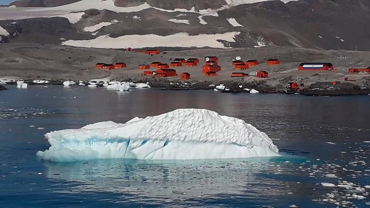 La Bahía Esperanza da nombre a la base científica y la soledad es compartida con un asentamiento chileno ubicado a pocos kilómetros