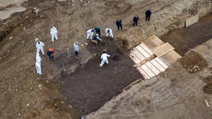 Los cuerpos enterrados en fosas comunes en Nueva York (Reuters)