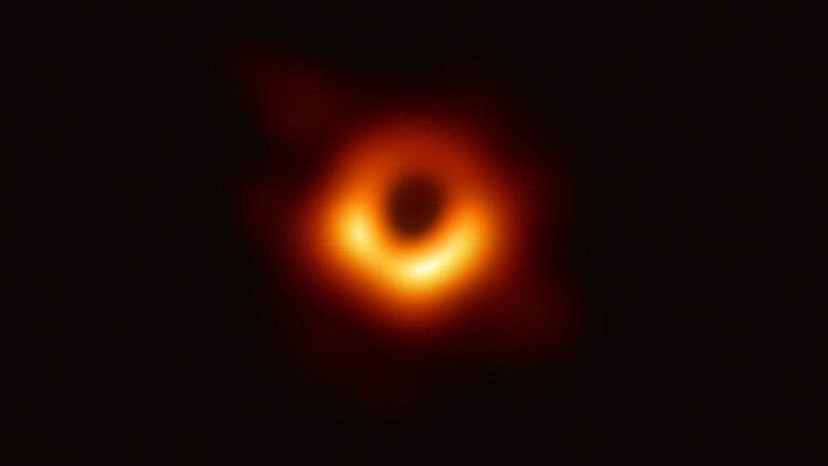 Primera imagen que muestra un anillo brillante formado cuando la luz se dobla en la gravedad intensa alrededor de un agujero negro que es 6.500 millones de veces más masivo que el Sol