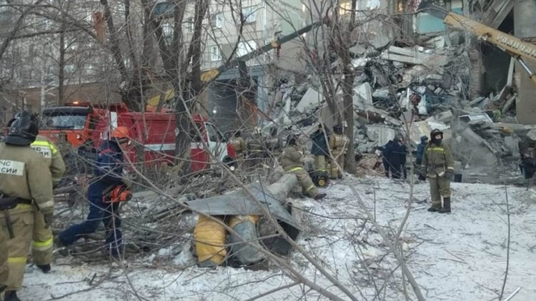 Bomberos y personal de seguridad trabajan en las tareas de rescate (Reuters)