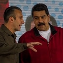 CAR004. CARACAS (VENEZUELA), 31/01/2017 - El presidente de Venezuela, Nicolás Maduro (d), habla con el vicepresidente venezolano, Tareck El Aissami (i), durante un acto de Gobierno hoy, martes 31 de enero de 2017, en Caracas (Venezuela). Maduro juramentó hoy una nueva junta directiva de la Estatal de Petróleos de Venezuela (PDVSA) para