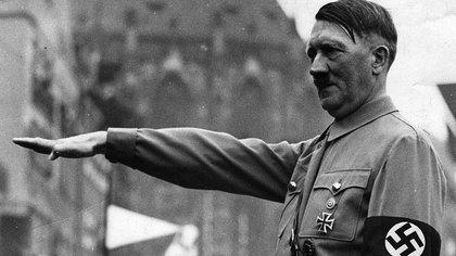 El 29 de abril decidió matarse, se casó con la Braun, que decidió morir con él. Dictó su testamento a su secretaria Traudl Junge y nombró un nuevo gobierno para ponerlo en manos del almirante Karl Doenitz, a quien designó presidente: Führer había habido uno solo (EFE/Archivo)