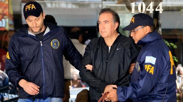 Oscar Thomas es trasladado luego de ser detenido en un departamento de la calle Uriburu en el barrio de Recoleta (Foto NA: Juan Vargas)