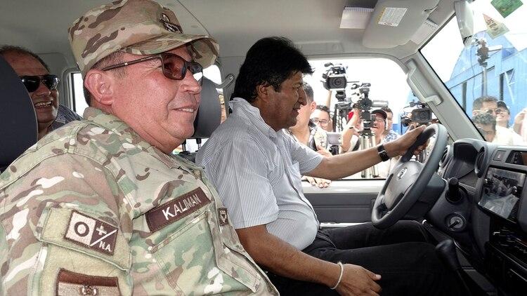Kaliman junto a Evo Morales. Foto: REUTERS/David Mercado