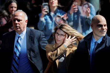 Lori Loughlin ingresa a una corte de Boston, Massachusetts, en abril de 2019.  REUTERS/Brian Snyder